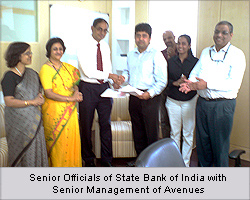 Senior officials of State Bank of India with     Avenues CEO - Vishwas Patel(Center),     CLO - Smita Shetkar (right) and     Manager-Alliances-Nandkumar Menon (behind)
